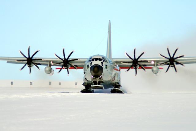 ski-equipped-cargo-plane-586726_640
